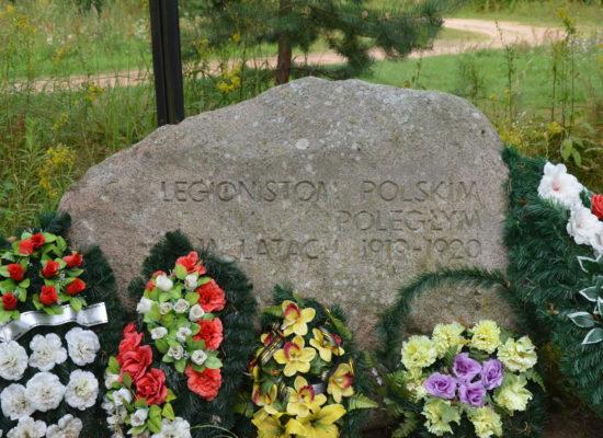 """Wizyta delegacji Fundacji """"Pomoc Polakom na Wschodzie"""" na cmentarzu w Ławkiesach na Łotwie"""