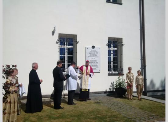 Tablica poświęcona braciom Narutowiczom odsłonięta w Teleszach